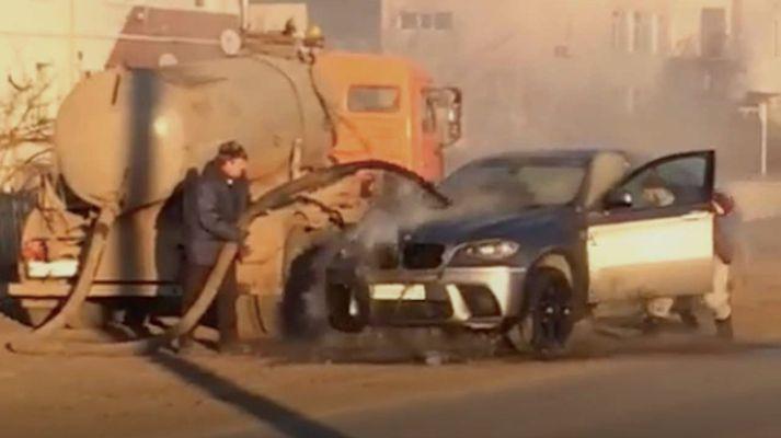 Brennandi BMW sem slökkt var í með innihaldi skólphreinsibíls.
