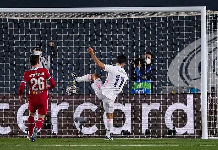 Robertson fylgist með Marco Asensio skora í gær.