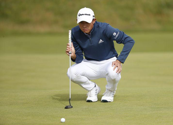 Collin Morikawa veltir fyrir sér pútti á Opna breska í dag þar sem hann lék stórkostlegt golf.