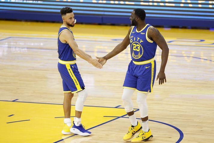 Þessir tveir áttu mjög góðan leik er Golden State Warriors vann stórsigur í nótt. Stephen Curry [t.v.] skoraði 42 stig á meðan Draymond Green var með tvöfalda þrennu.