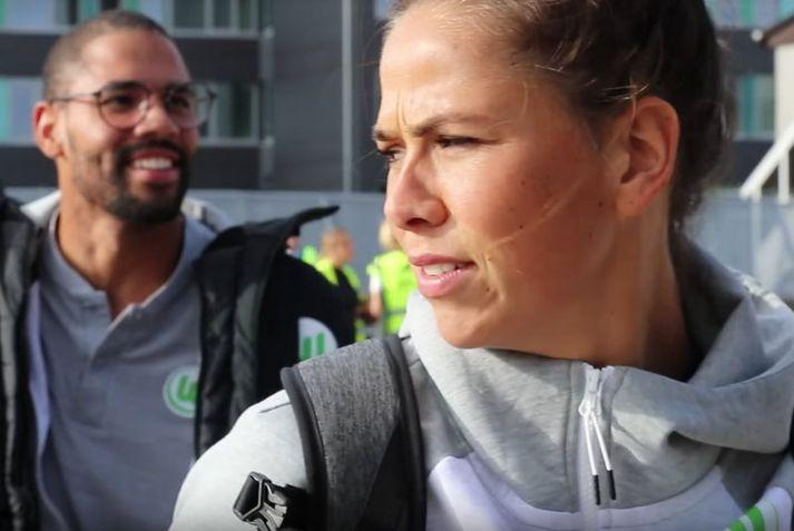Sara Björk Gunnarsdóttir á leiðinni upp í flugvélina.