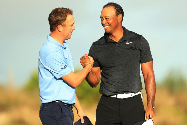 Tiger Woods þakkar Justin Thomas fyrir hringinn.