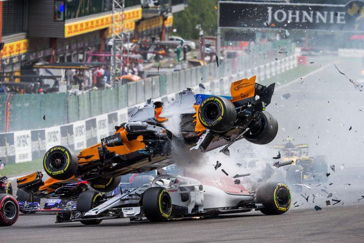 Hér sést bíll Alonso fljúga yfir bíl Leclerc í Belgíu í  gær.