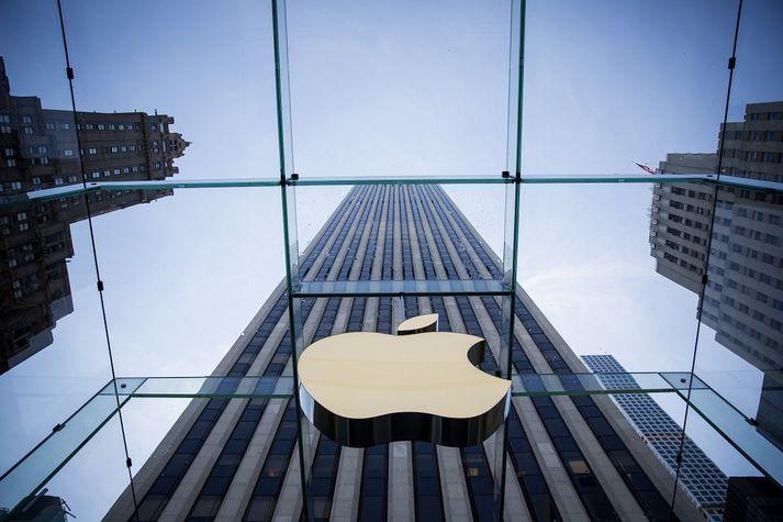 Horft upp í glerjað loftið á verslun Apple í New York.