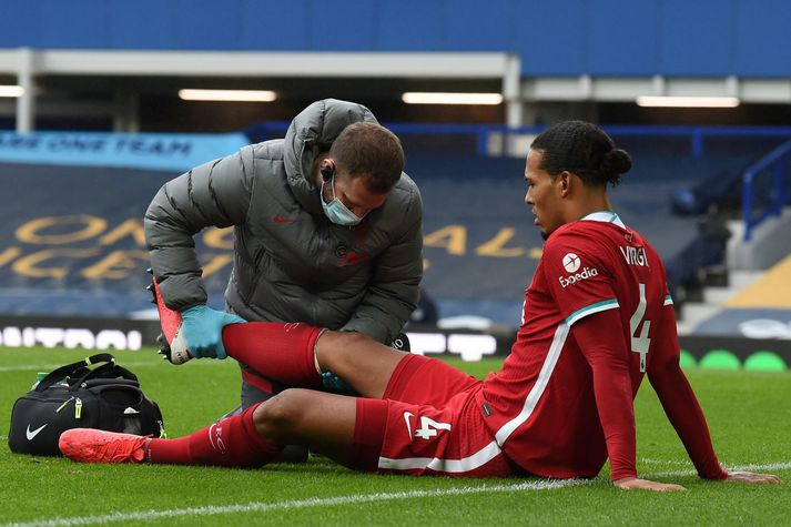Virgil van Dijk meiddist í nágrannaslag Liverpool og Everton í október á seinasta ári.