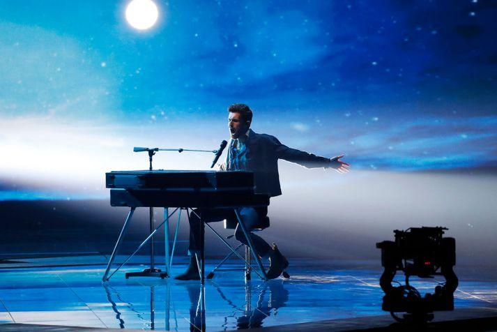 Duncan Laurence flytur sigurlagið í Eurovision á sviðinu í Tel Aviv í Ísrael í maí í fyrra.