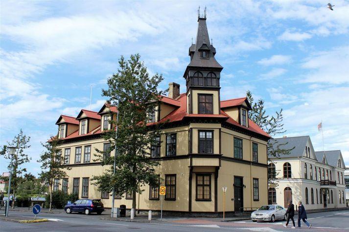 Tjarnarskóli er lítill grunnskóli fyrir unglingadeild sem stendur við Tjörnina í Reykjavík.