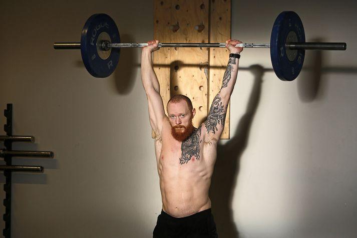 Árni Kristjánsson segir kynni sín við CrossFit fyrir áratug hafa gjörbreytt lífi sínu en í dag er hann þjálfari í CrossFit. FRÉTTABLAÐIÐ/VALLI