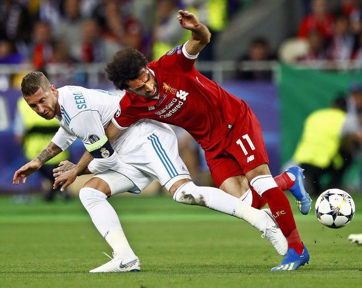 Sergio Ramos dregur Mohamed Salah niður í grasið í úrslitaleik Real Madrid og Liverpool í úrslitaleik Meistaradeildar Evrópu 2018.