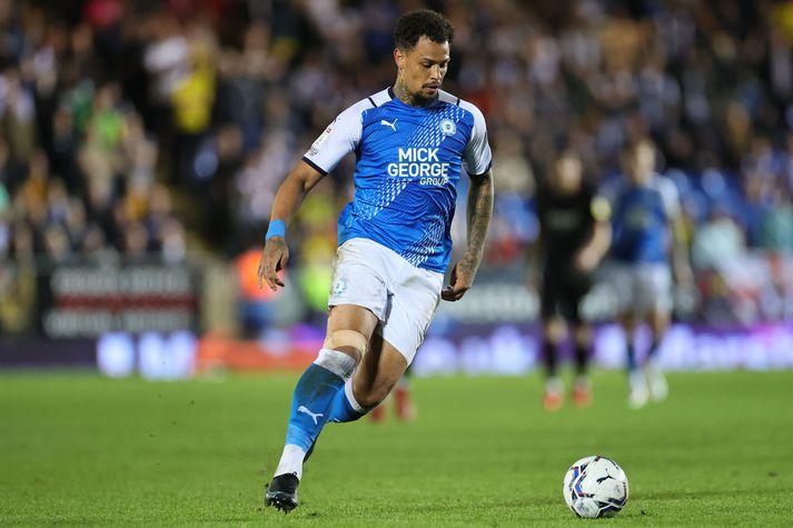 Peterborough United verður án aðalframherja síns,Jonsons Clarke-Harris, í næstu fjórum leikjum í ensku B-deildinni.