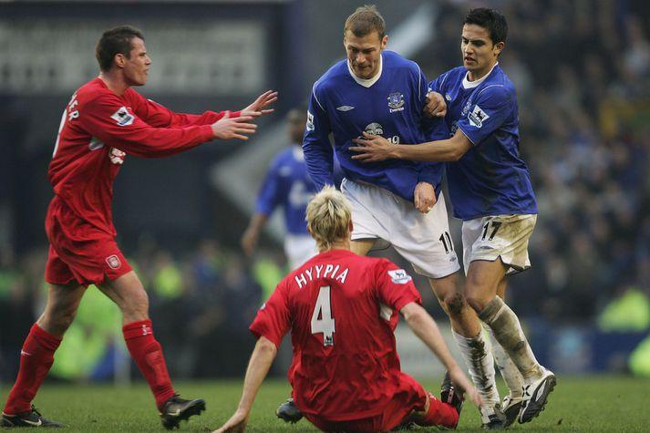 Duncan Ferguson lét finna fyrir sér á vellinum og vill frá orku og kraft frá Everton mönnum á morgun. Hér er hann í leik á móti Liverpool fyrir nokkrum árum.