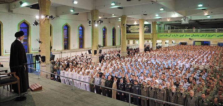Ayatollah Khameini ávarpar fjölda árið 2015.