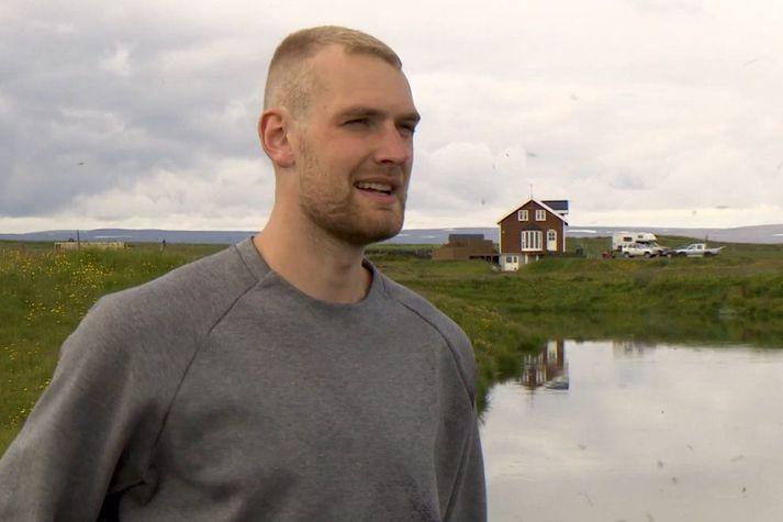 Tryggvi Snær Hlinason við Svartárvatn rétt frá æskuheimili sínu í Bárðardalnum.