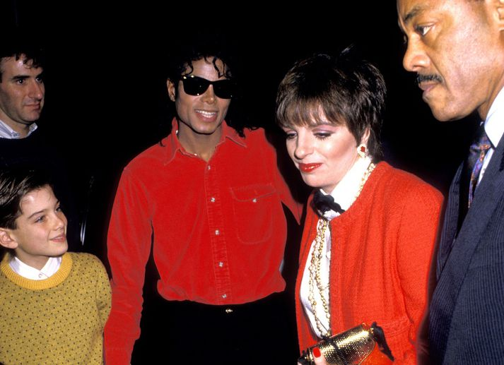 Michael Jackson sést hér leiða James Safechuck á leiksýningu árið 1988. Með þeim á myndinni er söng- og leikkonan Liza Minelli.
