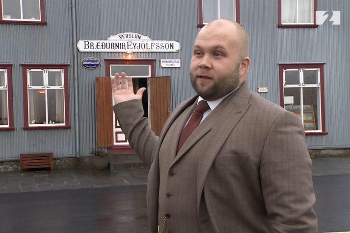 Kaupmaðurinn Eyþór Jóvinsson við verslunina Bræðurnir Eyjólfsson á Flateyri.