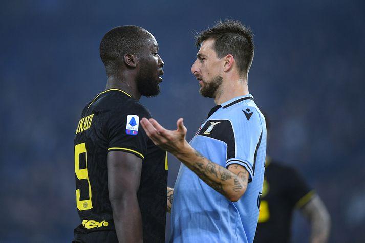 Romelu Lukaku og Francesco Acerbi ræða málin í leik Inter og Lazio fyrr í mánuðinum.