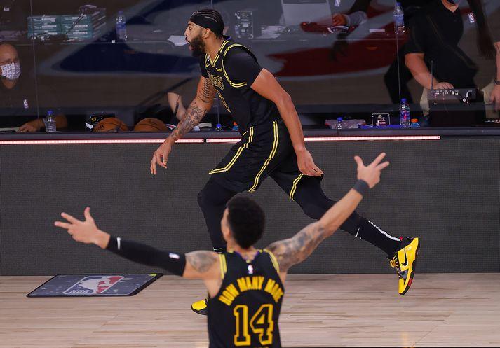 Anthony Davis fagnar sigurkörfu sinni gegn Denver Nuggets.