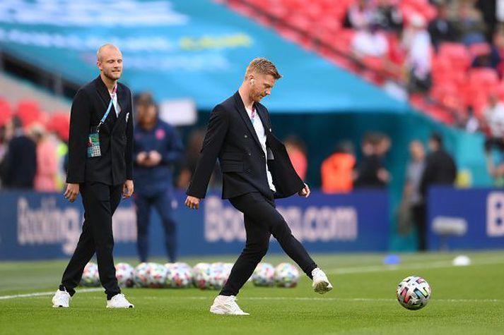 Anders léttur í lund á Wembley ásamt Nicolai Boilesen að leika sér með bolta.