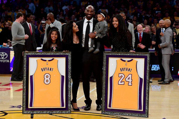 Kobe Bryant og fjölskylda hans þegar Los Angeles Lakers hengdi tvær treyjur hans upp í rjáfur á Staples Center.