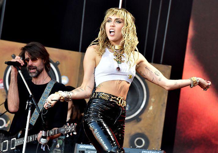 Söngkonan Miley Cyrus átti að koma fram á Woodstock 50.
