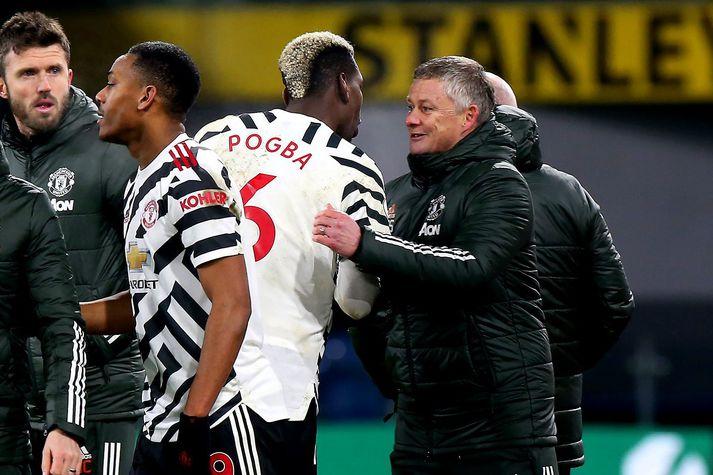 Ole Gunnar Solskjær fagnar Paul Pogba eftir að franski landsliðsmaðurinn hafði tryggt Manchester United öll þrjú stigin.