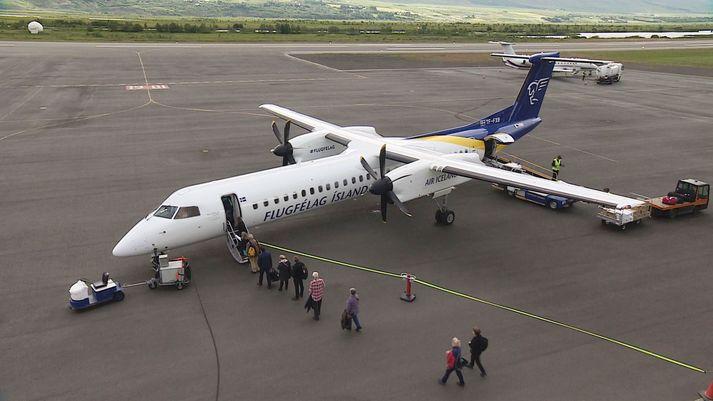 Bombardier Q400-vél Air Iceland Connect sést hér á Akureyrarflugvelli. Vélarnar eru nú notaðar í millilandaflugi Icelandair vegna kyrrsetningar MAX-vélanna.