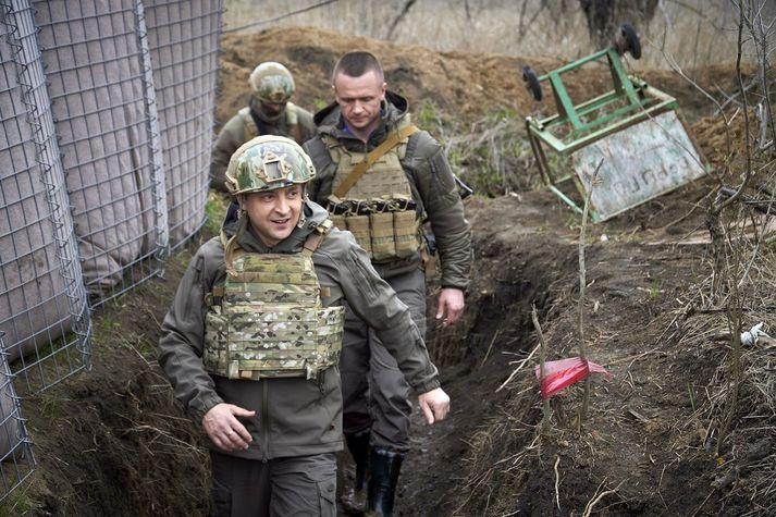 Vólódómír Selenskí, forseti Úkraínu, heimsótti víglinuna í Donbass á föstudaginn.