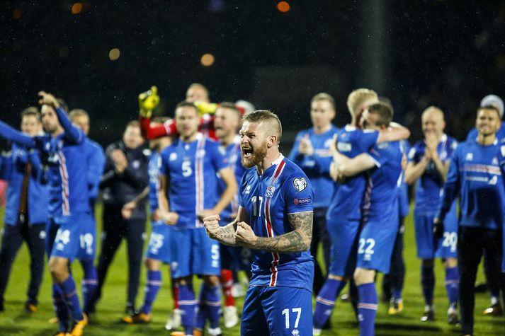 Aron Einar Gunnarsson fyrirliði íslenska landsliðsins fagnar hér á Laugardalsvelli þegar Ísland tryggði sér farmiðann til Rússlands.