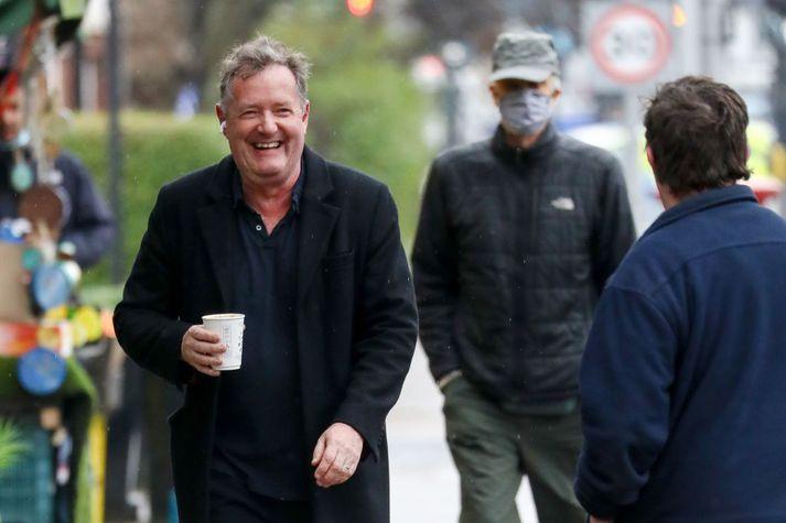 Piers Morgan hýr á brá á ferð um London í gær.