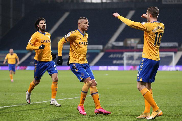 Gylfi Þór, Richarlison og Andre Gomes fagna sigurmarki Everton í kvöld.