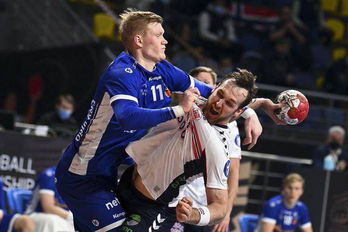 Ýmir Örn Gíslason brýtur áChristian O'Sullivan.