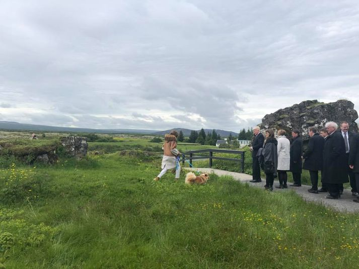 Dorrit og Mæja sjást hér á Þingvöllum ásamt hópi fyrirmenna sem hinkruðu eftir þeim.