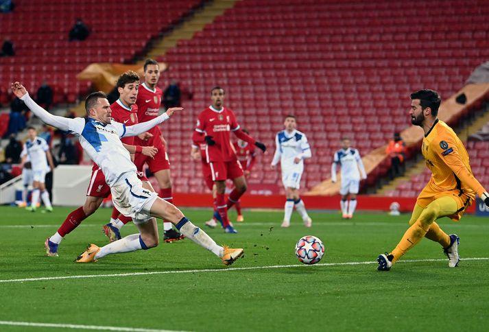 Josip Ilicic kemur Atalanta yfir gegn Liverpool í gær.