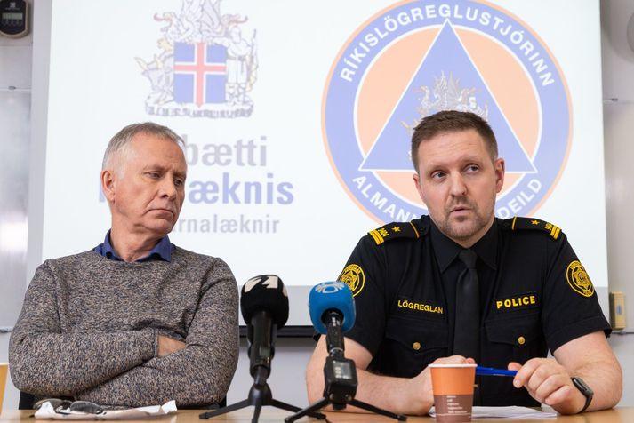 Rögnvaldur Ólafsson aðstoðaryfirlögregluþjónn og Þórólfur Guðnason, sóttvarnalæknir, á blaðamannafundi Almannavarna.