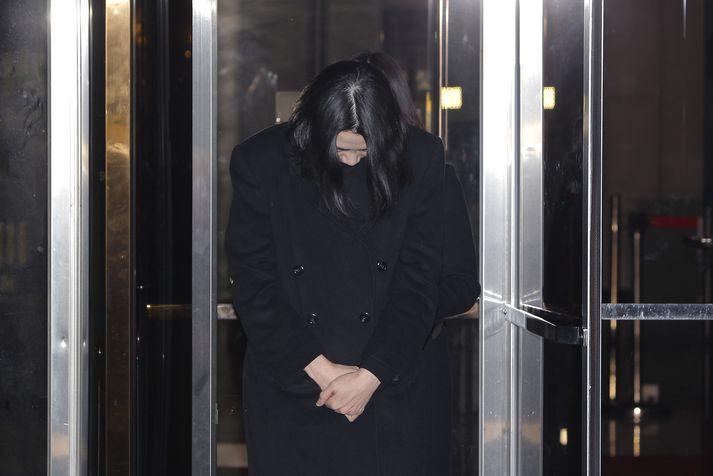 Cho Hyun-ah þegar hún var í haldi vegna skandalsins árið 2014.