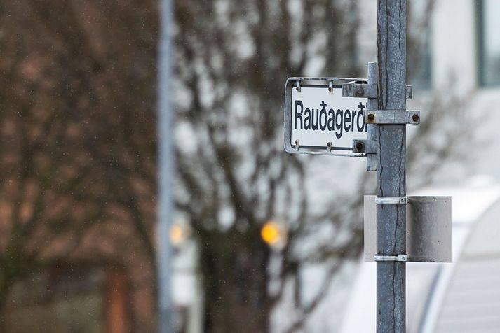 Morðið var framið í Rauðagerði seint á laugardagskvöld.