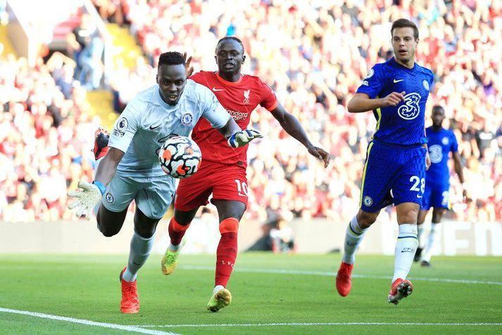 Edouard Mendy er hér á undan Sadio Mane í boltann í leik Chelsea og Liverpool.