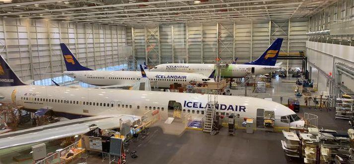 Boeing 737 MAX 8 og MAX 9 í flugskýli Icelandair á Keflavíkurflugvelli við hlið Boeing 757 í síðasta mánuði. Gert er ráð fyrir níu þotum af MAX-gerð í sumaráætlun félagsins.
