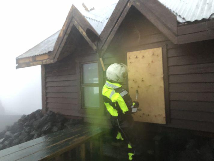 Björgunarsveitarmenn þurftu að loka fyrir glugga á Fimmvörðuskála eftir að ferðamennirnir höfðu brotist þar inn.