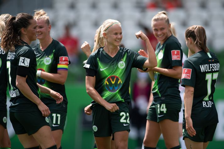Sara Björk fagnar með Pernille Harder eftir að hún kom Wolfsburg í 1-0 með marki úr vítaspyrnu.