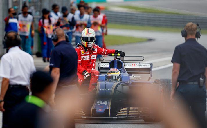 Vettel fékk far með Sauber ökumanninum, Pascal Wehrlein eftir að bíll hans varð fyrir talsverðu tjóni við samstuðið.