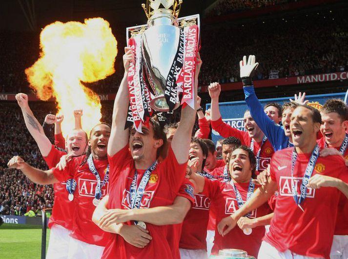 Gary Neville tekur hér við Englandsmeistarabikarnum sem fyrirliði meistara Manchester United árið 2009.