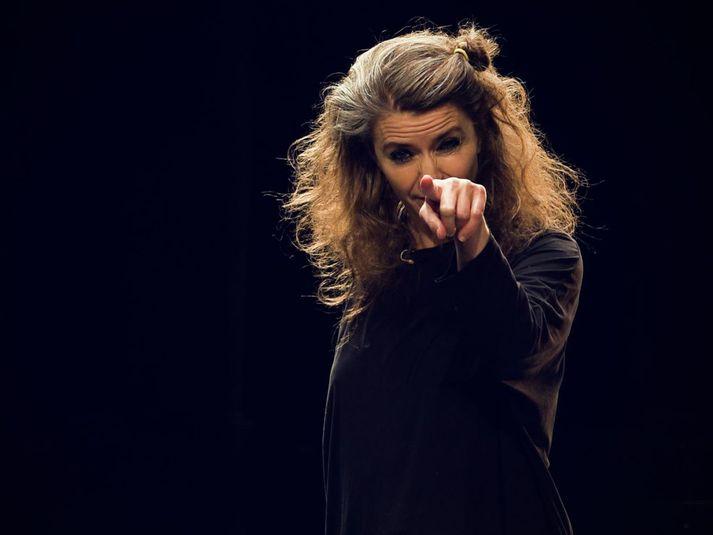 Erna Ómarsdóttir, listrænn stjórnandi Íslenska dansflokksins, kemur fram í jóladagatali Borgarleikhússins í dag.