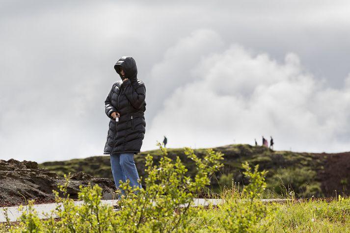 Ferðamaður á ferð við Kerið.