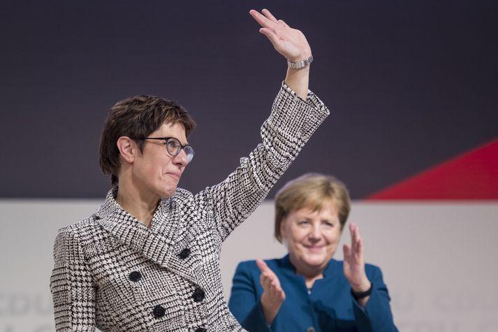 Hér sést Kramp-Karrenbauer þakka samflokksfólki sínu stuðninginn undir lófataki Merkel kanslara.