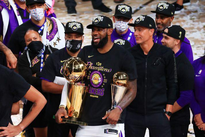 LeBron James með NBA-bikarinn og Bill Russell bikarinn sem er veittur besta leikmanni úrslitanna.