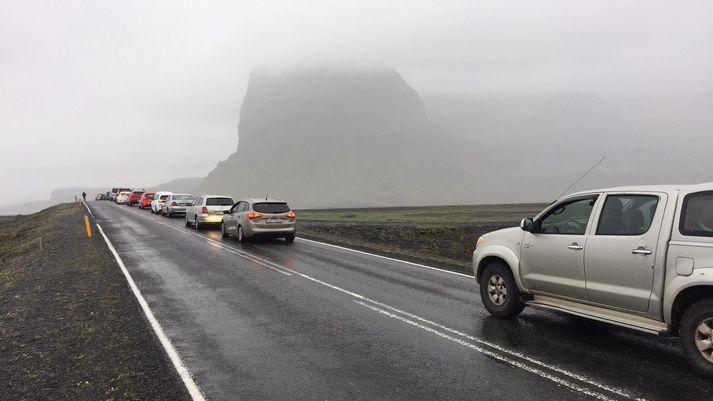 Miklar tafir hafa orðið á þjóðvegi 1 vegna umferðaróhappsins. Á myndinni sést Lómagnúpur í baksýn.