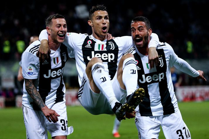 Cristiano Ronaldo fagnar með liðsfélögum sínum Federico Bernardeschi og Leonardo Spinazzola.