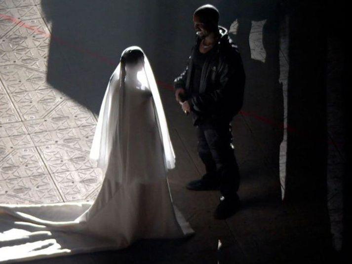 Kim Kardashian birtist óvænt á sviðinu ásamt fyrrverandi eiginmanni sínum í gær, íklædd brúðarkjól.