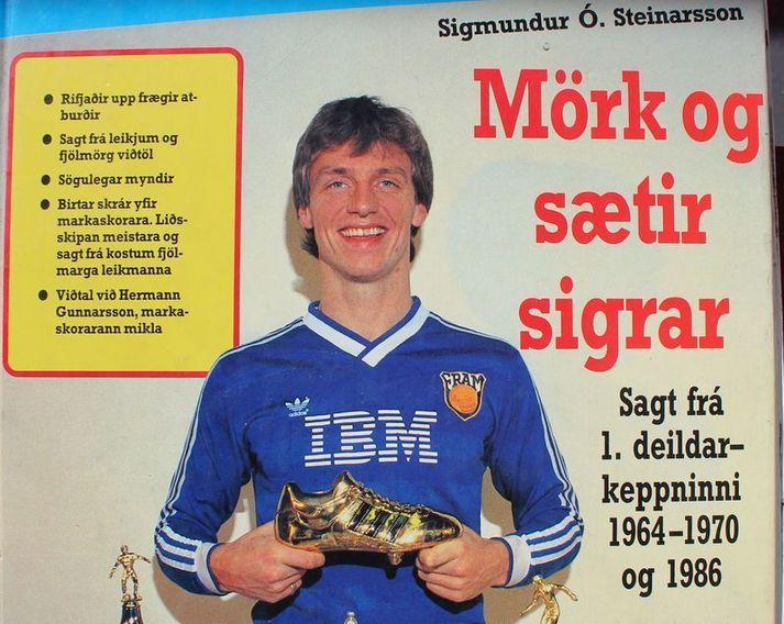 """Guðmundur Torfason með gullskóinn sinn á forsíðu bókarinnar """"Mörk og sætir sigrar"""" eftir Sigmund Ó. Steinarsson en í bókinn var meðal annars gert upp þetta ótrúlega 1986 tímabil þar sem Guðmundur skoraði 19 mörk fyrir Íslandsmeistaralið Fram."""